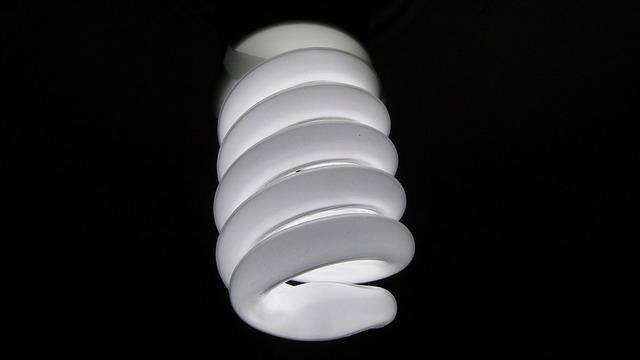 bílá kroucená žárovka