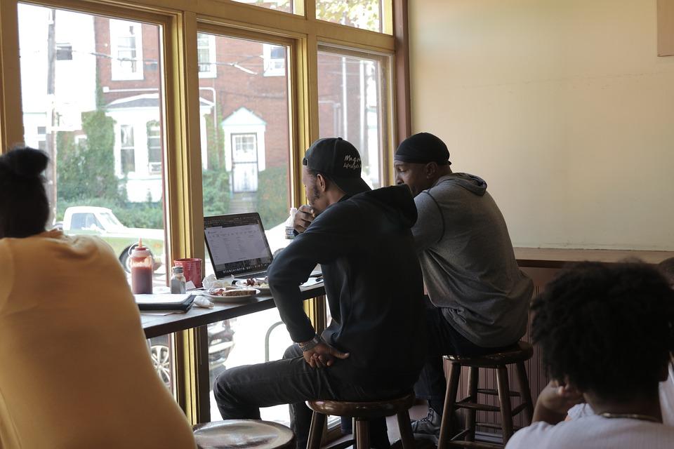 muži u notebooku