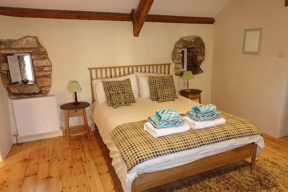 postel z masivního dřeva